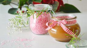 Φτιάξτε σως καραμέλας και ροζ θαλασσινό αλάτι.