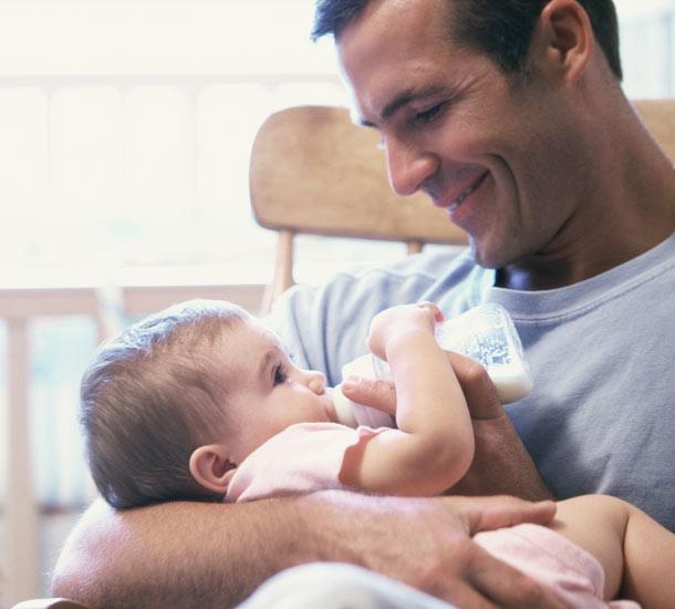 Ένας μπαμπάς ταΐζει ένα μωρό...Συγκινητική ιστορία