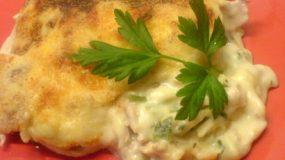 Παστίτσιο με κοτόπουλο, λιγκουίνι, κρέμα γάλακτος και μπεσαμέλ.