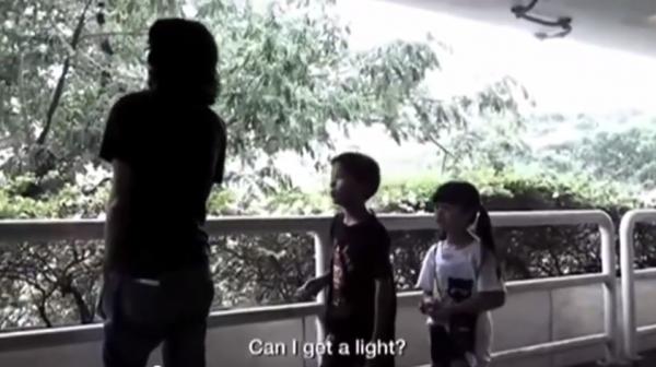 Πως θα σας φαινόταν αν ένα παιδί ερχόταν και σας ζητούσε φωτιά? Το καλύτερο αντικαπνιστικό μήνυμα που έχετε δει !!!