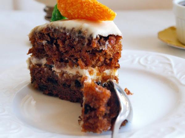 Κέικ καρότου με επικάλυψη κρέμα τυριού.