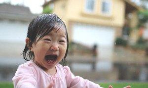 Οι αντιδράσεις μιας 15μηνης μικρούλας που μόλις ανακάλυψε την αίσθηση της βροχής . Στο τέλος δεν μπορούν να την κρατήσουν μέσα!(video)