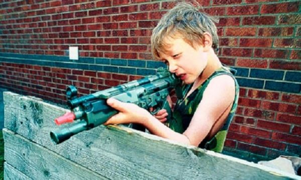 Αν το βρουν θα παίξουν. Η συγκλονιστική καμπάνια για τα όπλα και τα μικρά παιδιά (βίντεο)