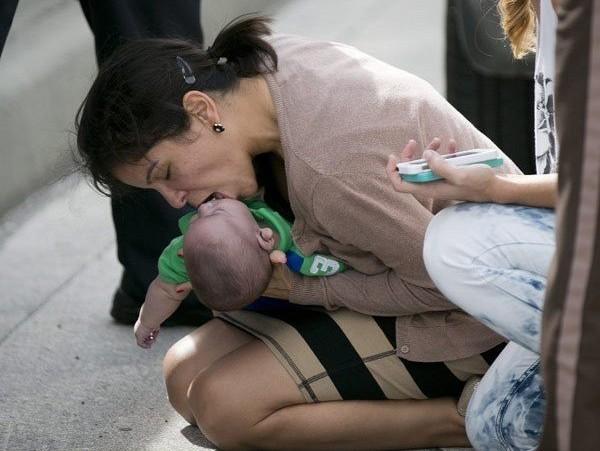 Μία γυναίκα δίνει πρώτες βοήθειες σε νεογέννητο στη μέση του δρόμου!