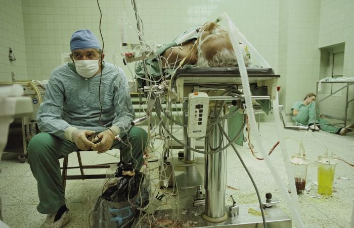 Δείτε τη φωτογραφία και την ιστορια του γιατρου που συγκλονίζει ακόμη 27 χρόνια μετά...