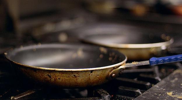 Καμένα λίπη στο τηγάνι; Ο εύκολος τρόπος για να τα εξαφανίσετε στο πι και φι