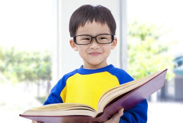 Πώς θα μάθετε το παιδί να διαβάζει μόνο του