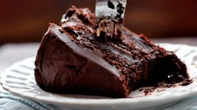 Μαλακό κέικ με κρέμα σοκολάτα γάλακτος!σλουρπ!!!!
