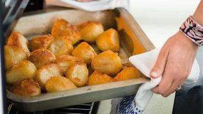 Να τι πρέπει να κάνεις για σούπερ τραγανές πατάτες φούρνου!