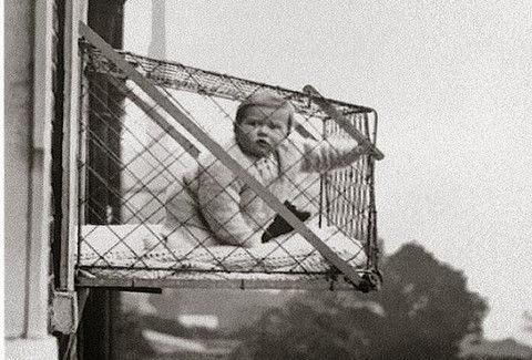 ΣΥΓΚΛΟΝΙΣΤΙΚΟ: Γιατί ΚΡΕΜΟΥΣΑΝ τα μωρά από τo ΠΑΡΑΘΥΡO στο Λονδίνο του 30; [photo]