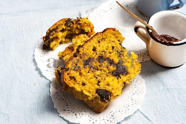 Υπέροχο κέικ με ολόκληρο πορτοκάλι και κομμάτια σοκολάτας από την Αργυρώ Μπαρμπαρίγου