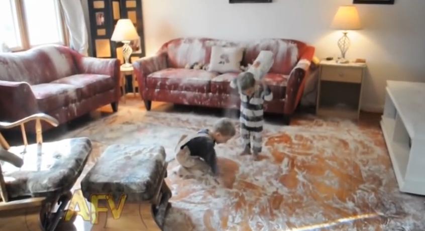 2 μικροί μπόμπιρες αλευρώνουν όλο το σπίτι! Δείτε την θεϊκή αντίδραση της μαμάς (ΒΙΝΤΕΟ)
