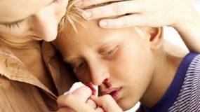 Σπάει δόντι, χτυπάει το κεφάλι, τρέχει αίμα η μύτη! Τι πρέπει να κάνετε σε περίπτωση που το παιδί σας τραυματιστεί.