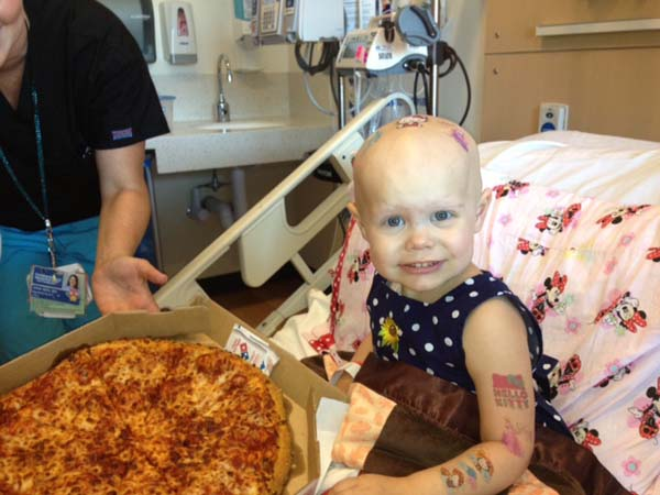Κοριτσάκι με καρκίνο έγραψε στο τζάμι του νοσοκομείου ότι ήθελε πίτσα και έγινε το αδιαχώρητο [εικόνες]