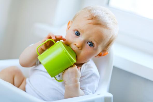 Μωρό που πίνει από παιδικό κουπάκι