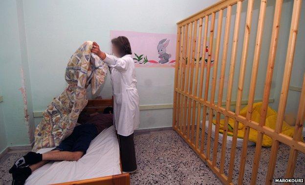 Εικονες σοκ! Παιδιά σε κλουβιά στο Κέντρο Περίθαλψης Παιδιών Λεχαινών