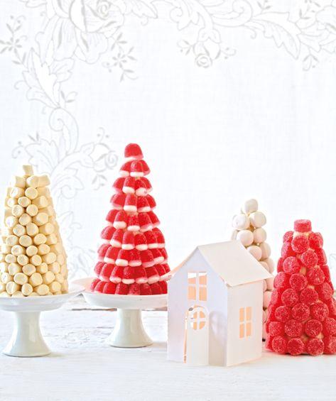 Βρώσιμα χριστουγεννιάτικα δέντρα γίνονται με κώνους ζάχαρης, λιωμένη λευκή σοκολάτα, και κόκκινο και λευκό Καραμέλες