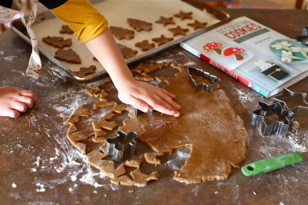 Gingerbread : Η παραδοσιακή συνταγή για Χριστουγεννιάτικη ζύμη , για Χριστουγεννιάτικα μπισκότα και για κλασσικά Χριστουγεννιάτικα σπιτάκια.
