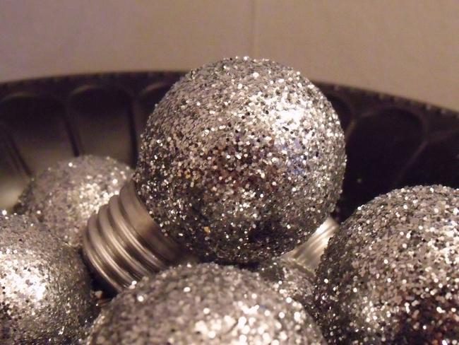 diy-christmas-tree-ornaments-light-bulbs-silver-glitter