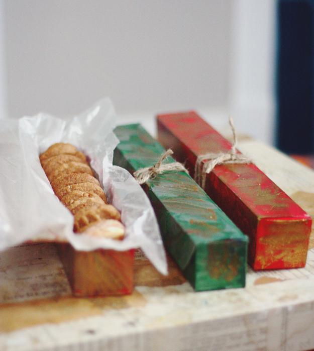 Παλιά περιτύλιγμα Saran ή δοχεία αλουμινόχαρτο κάνουν τα μεγάλα κουτιά για gifting cookies.