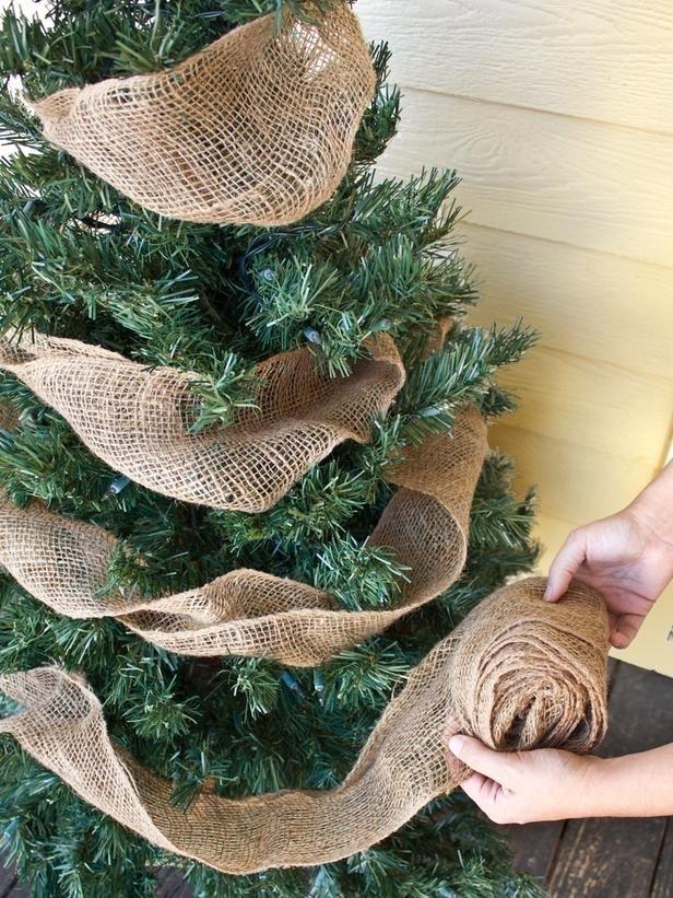 Ακριβώς ένα απλό λινάτσα γιρλάντα θα καλλωπίζω οποιαδήποτε μπροστινή βεράντα Χριστουγεννιάτικο δέντρο.