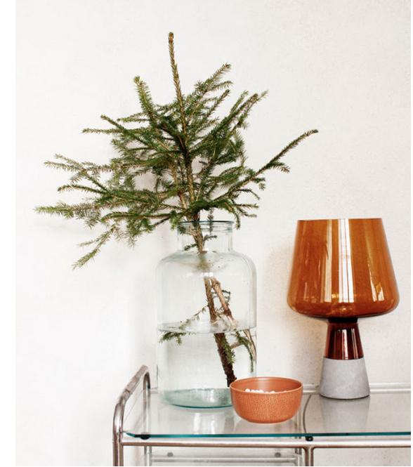 Κόψτε κλαδιά από το χριστουγεννιάτικο δέντρο σας να κάνουν εύκολη τραπέζι διακόσμηση.