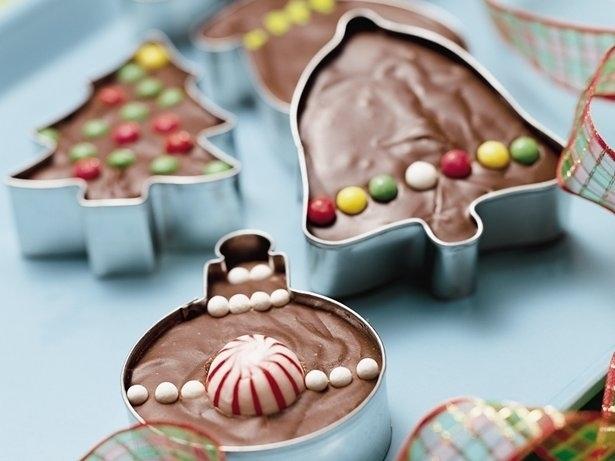 Χρησιμοποιήστε τους κόπτες μπισκότων για να κάνουν εορταστική σχήματα από φοντάν και μπράουνις σας.