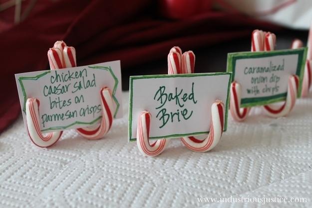 Κολλήστε δύο καραμέλα καλάμια μαζί για να κάνουν εύκολη κατόχους καρτών θέση.