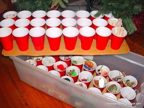 Χρησιμοποιήστε πλαστικά κύπελλα για να αποθηκεύετε τακτοποιημένα στολίδια σας.