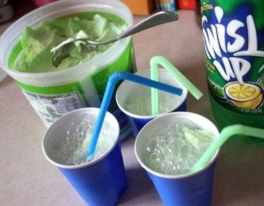Πράσινο σερμπέτι και Sprite κάνει πλάκα Grinch-εμπνευσμένα ποτά για τα παιδιά.