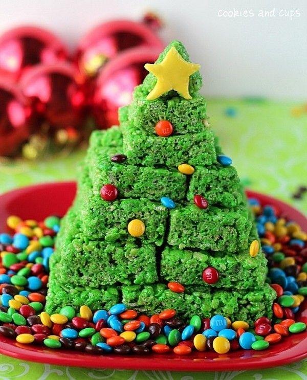 Πράσινο χρωματισμό τροφίμων και M & Ms σειρά Ράις Krispie λιχουδιές σε ένα επιδόρπιο Χριστούγεννα.