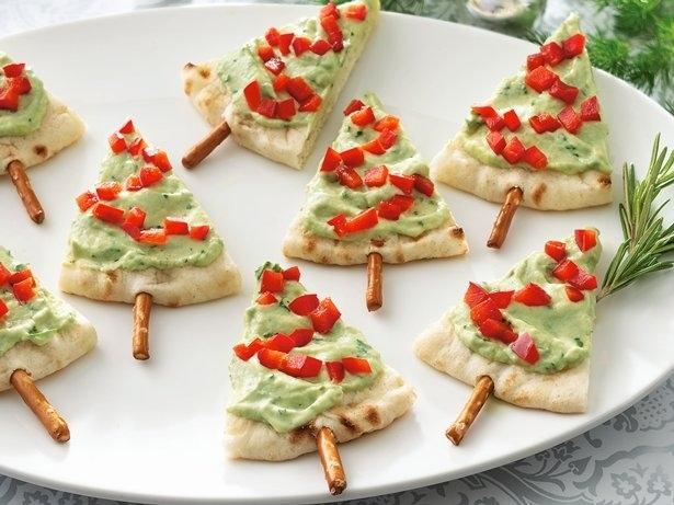 Σερβίρετε Guacamole το εορταστικό τρόπο με πίτα και pretzel sticks.
