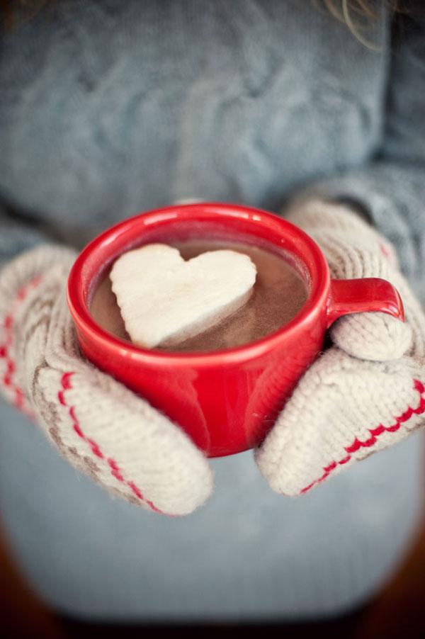Πάγωμα σαντιγί σε ένα φύλλο μπισκότων και να χρησιμοποιήσετε ένα κόπτη μπισκότων για να κάνει ζεστό καρδιές σοκολάτας.