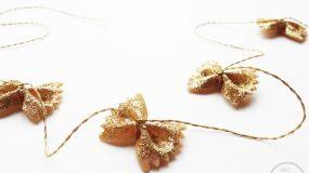 Φτιάξτε χριστουγεννιάτικη γιρλάντα από μακαρόνια φιογκάκια