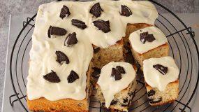 Ένα κέικ γεμιστό με μπισκότα που θα ξετρελάνει μικρούς και μεγάλους.