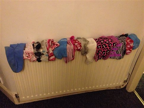 Τι κινδύνους κρύβει το στέγνωμα των ρούχων μέσα στο σπίτι;