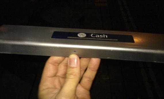 ΑΤΜ - Πώς διαβάζουν οι απατεώνες το PIN και αδειάζουν λογαριασμούς. Δείτε το απίστευτο κόλπο