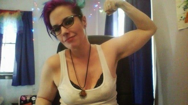 Sex blogger, μόνη, ψάχνει δημόσια οργασμό