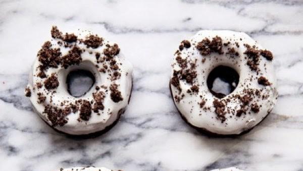 Τα πιο λαχταριστά donuts με μπισκότο oreo στο πιάτο σας