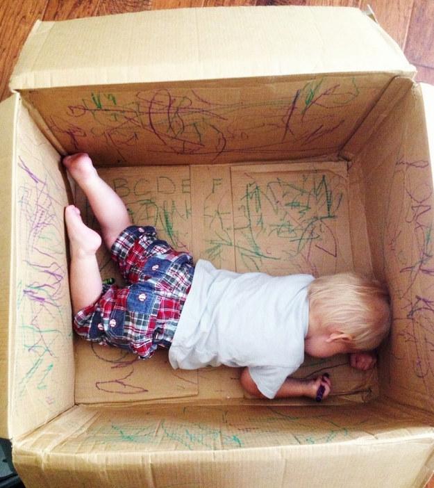 Αγορά εαυτό σας λίγο χρόνο στον καναπέ, αφήνοντας το παιδί σας πάνε όλα Πικάσο σε ένα κουτί.