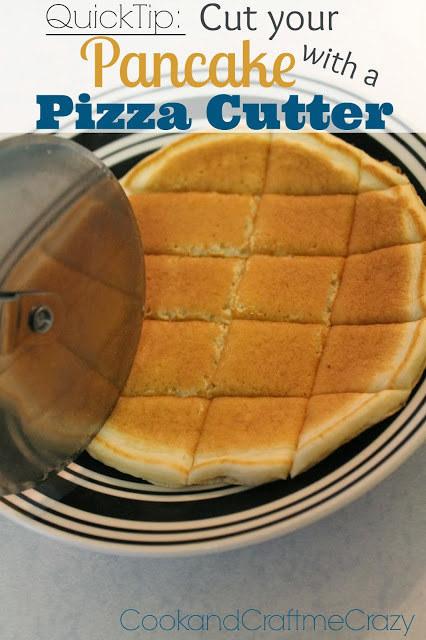 Κόψτε τηγανίτες σε μικρό παιδί μεγέθους τσιμπήματα με ένα κοπίδι πίτσα.