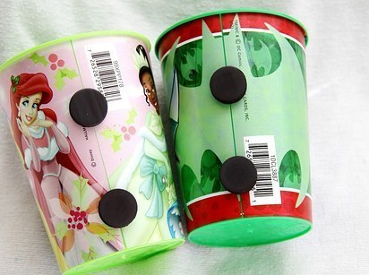 Βάλτε τους μαγνήτες σε κούπες του παιδιού σας, έτσι ώστε να κολλήσει στο ψυγείο.