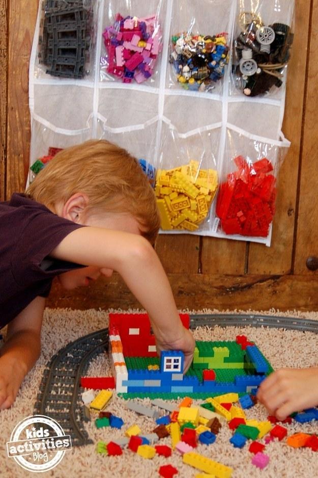 Κάντε αποθήκευση και οργάνωση τουβλάκια Lego ένα συμπληρωματικό πρόγραμμα χρησιμοποιώντας μια τσάντα αποθήκευσης παπούτσι.