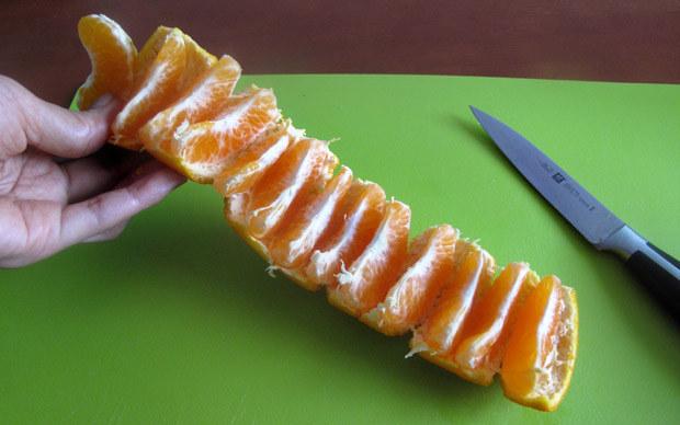 Έτοιμο ένα πορτοκάλι μανταρίνι για το παιδί σας να φάει σε τέσσερα απλά βήματα.