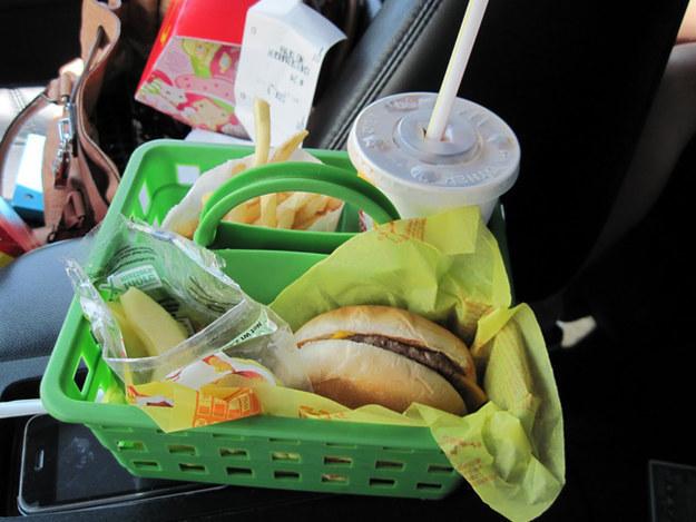 Κρατήστε τα παιδιά σας να κάνει ένα χάος όταν τρώνε στο αυτοκίνητο βάζοντας το γεύμα τους σε ένα κουβά οργάνωση.