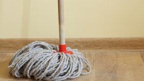 Αρωμάτισε το σπίτι σου σφουγγαρίζοντας χωρίς απορυπαντικό!
