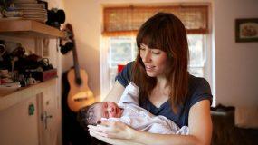 Μιας ημέρας Μητέρες φωτογραφίζονται με τα μωράκια τους την πρώτη ημέρα της γέννησης τους.