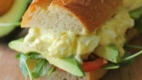 Πεντανοστιμη  αυγοσαλάτα με γιαούρτι ιδανικη για σαντουιτσακια!!!