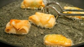 4 super κόλπα για να μη πιτσιλάει το λάδι όταν τηγανιζετε