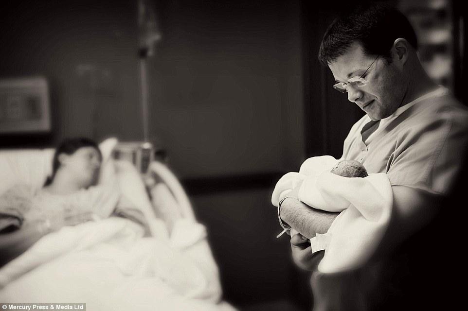 Το πιο σπαρακτικό αντίο: Γονείς αποχαιρετούν τα ετοιμοθάνατα, λίγων ημερών, μωρά τους [εικόνες]